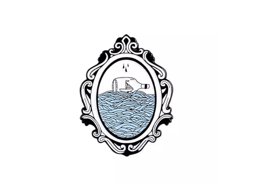 Pin / Brož Odznáček - obraz s lahví na moři