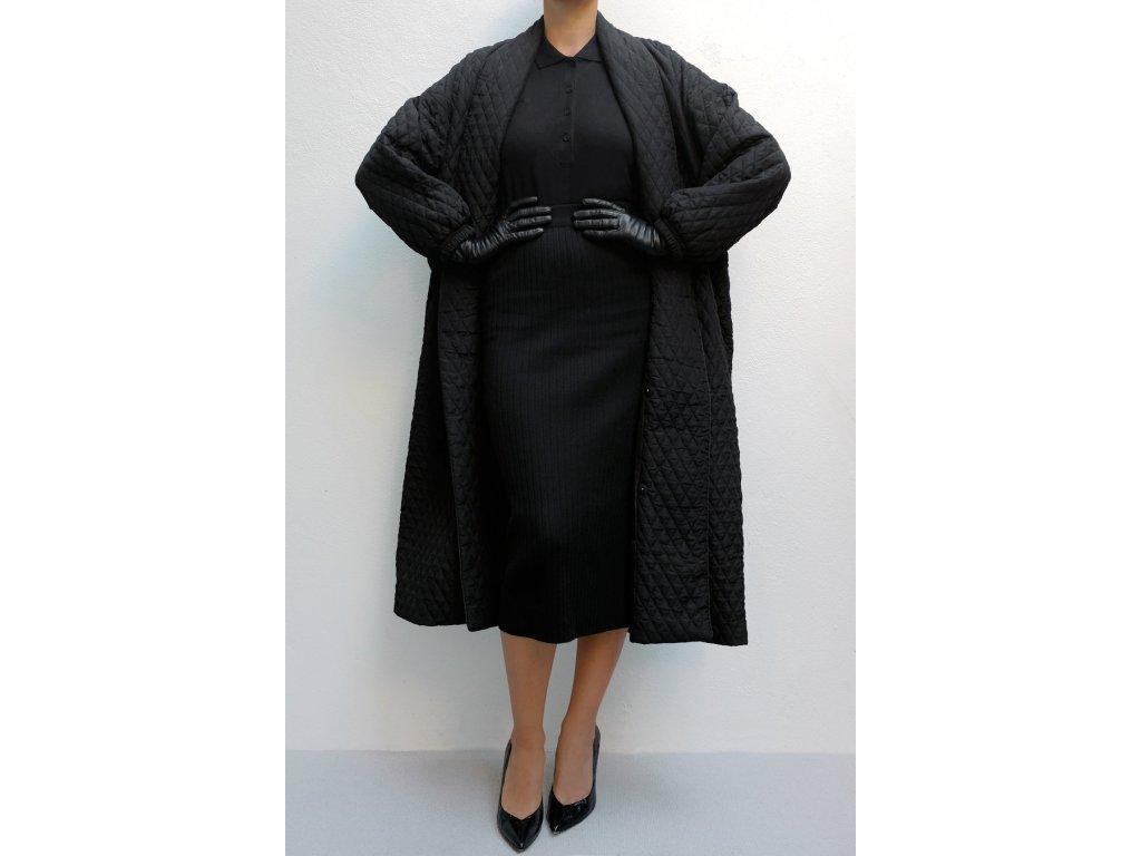 Černý oversize kabát prošívaný s knoflíky