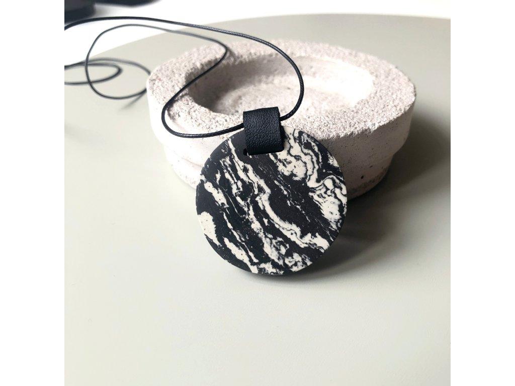 UMMA náhrdelník s černobílým mramorem a černou kůží