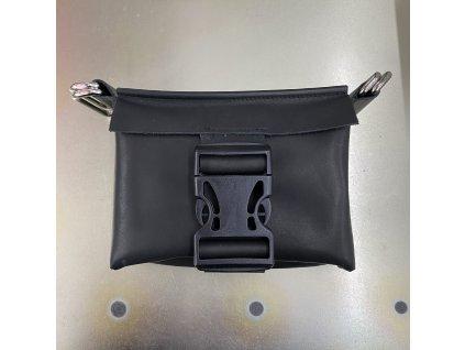 tny.3 kabelka / ledvinka Waistbag Small - kožená černá matná s děrovanou sponou