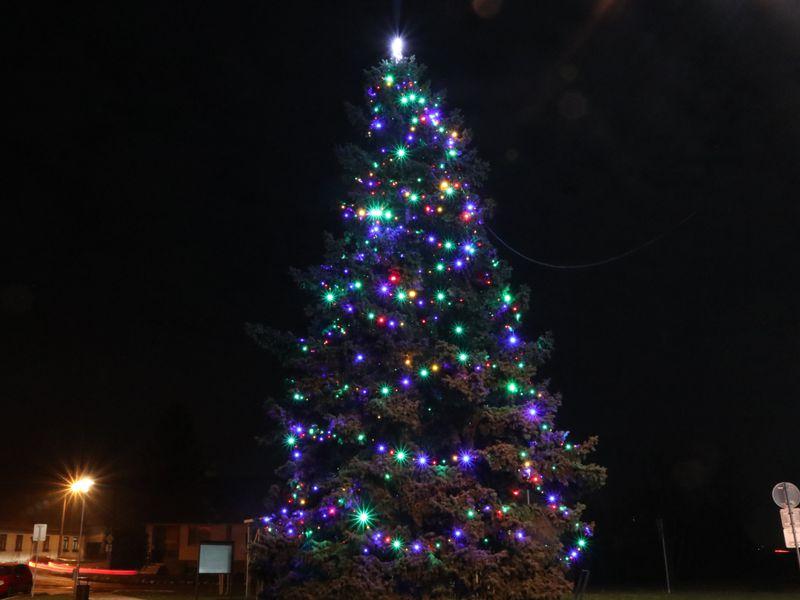 Farebné Vianočné osvetlenie na stromček