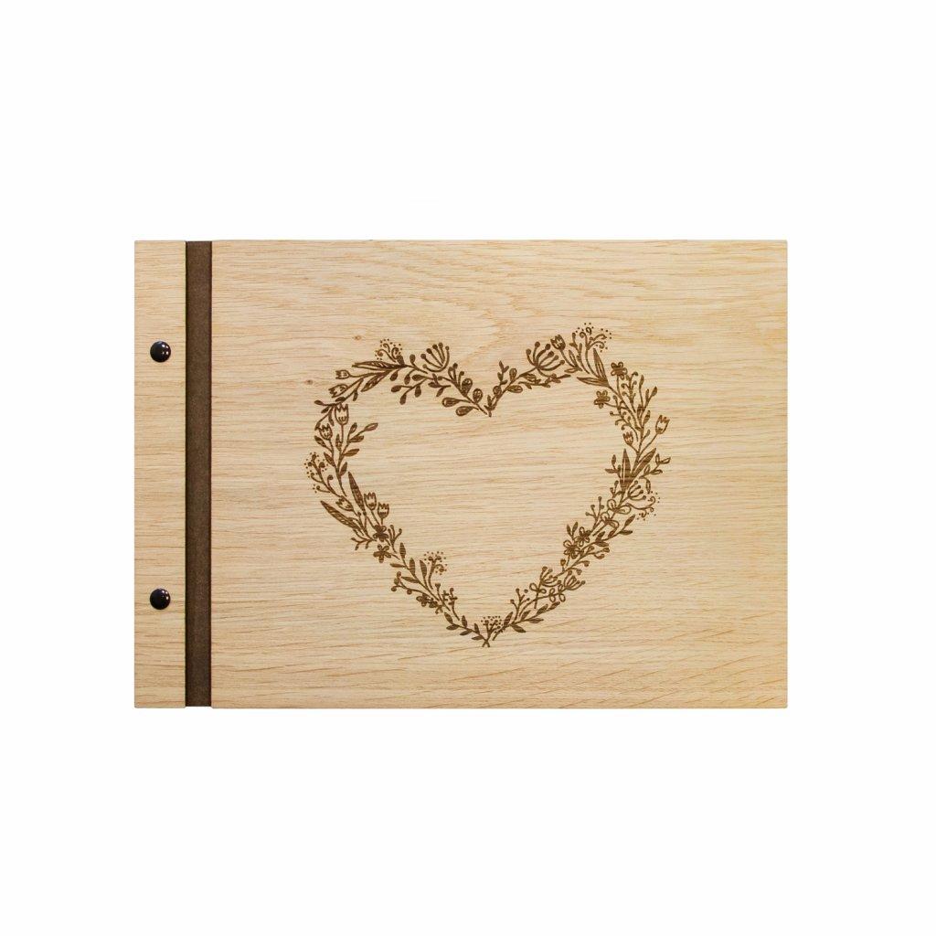 Dřevěné fotoalbum Květinové srdce A4