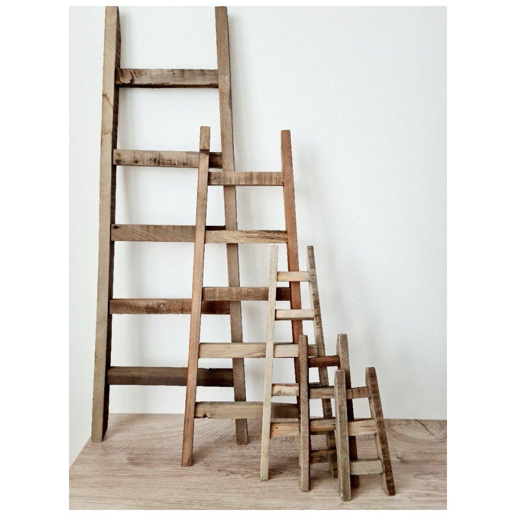 Dřevěný dekorační žebřík