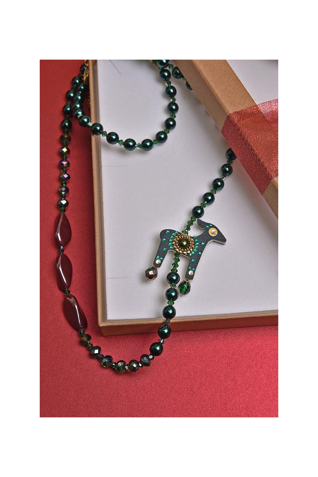Bílý náhrdelník s jelenem