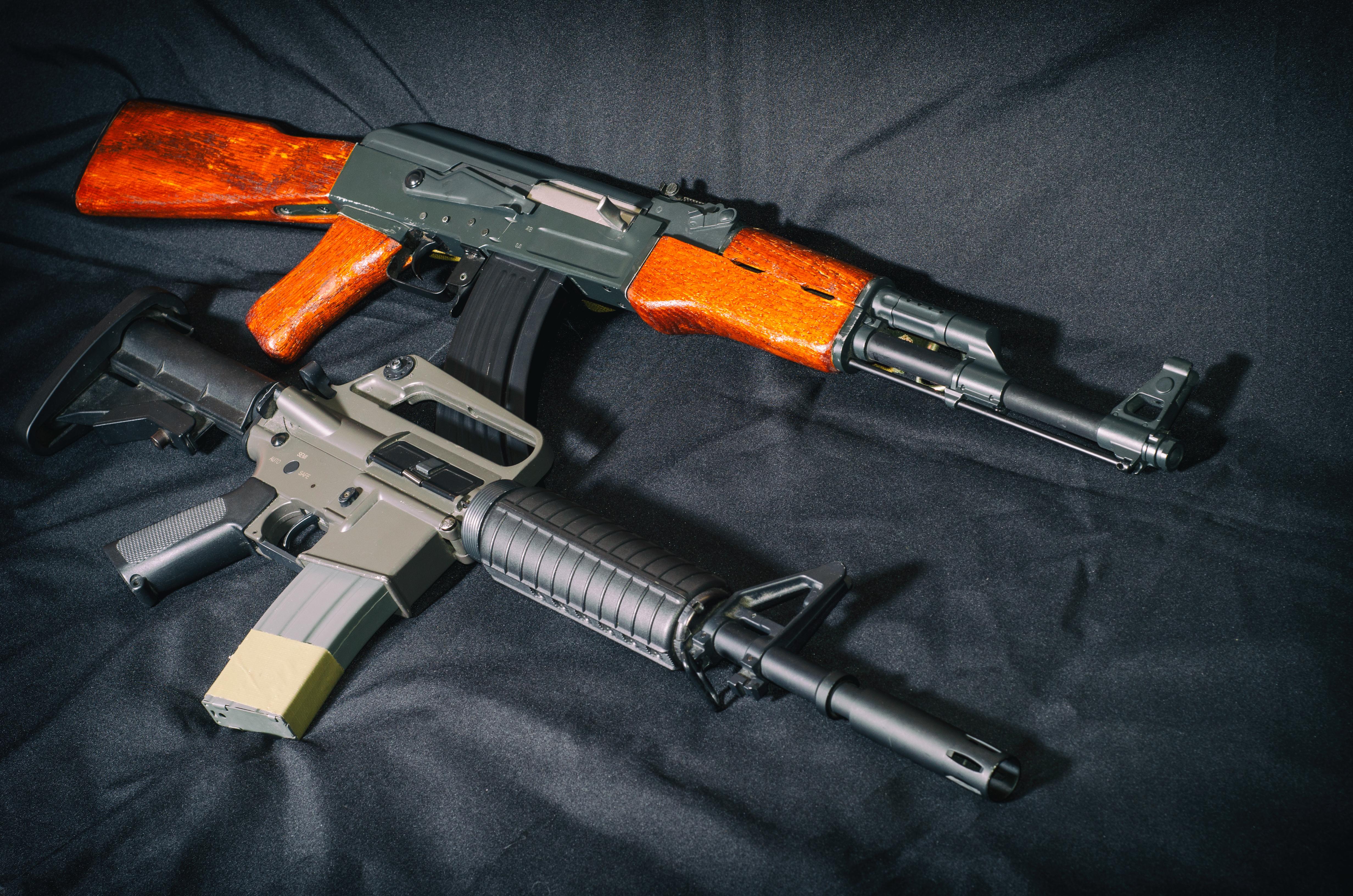 Porovnání ikonických pušek – AR15 vs. AK47