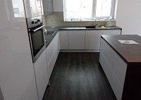 Kuchyně vkombinaci šedých a bílých tónů