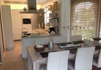 Kuchyně v bílém lesku s imitací dřeva