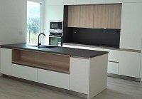 Kuchyně v kombinaci bílé a světlého dubu