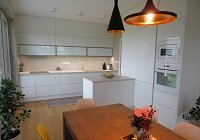 Kuchyně v kombinaci bílé a champagne