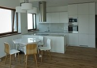 Kuchyně stejného stylu na dvou patrech domu