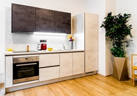 Moderní kuchyně v kombinaci bílého a břidlicově šedého betonu