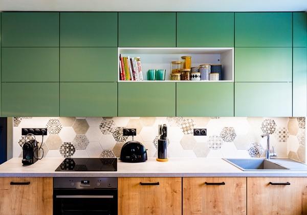 Rekonstrukce kuchyně v malém bytě ve svěžích barvách