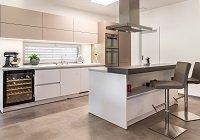 Kuchyně a obývací pokoj v zemitých barvách