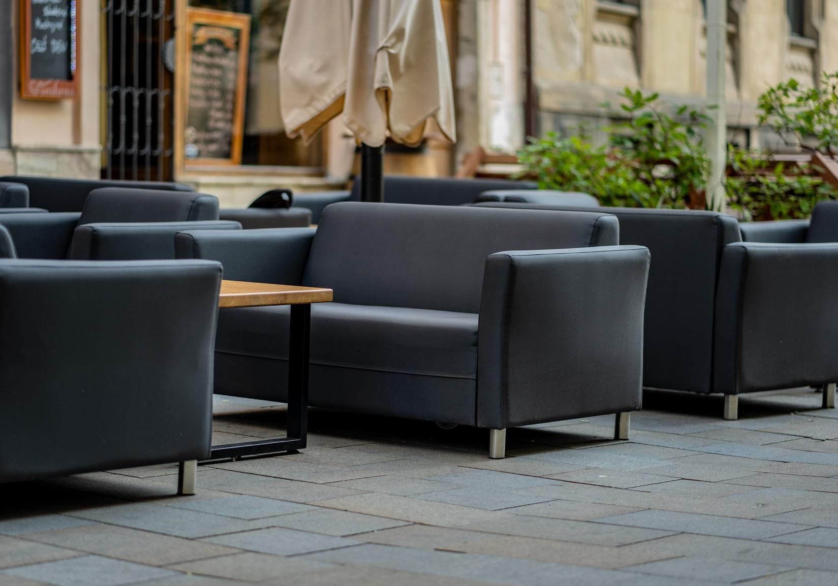 Vybavení kavárny luxusním nábytkem