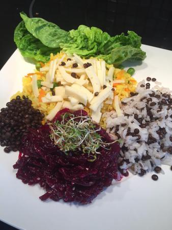 Rizoto s černou čočkou a řepovým salátem