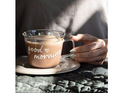 presklenná šálka na kávu s textom good morning