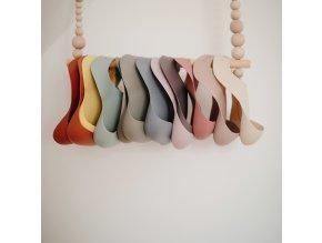 Mushie silikónový podbradník  (Barva Rainbows)