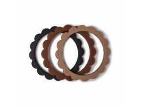 Mushie náramkové hryzátko zo silikónu FLOWER Black / Natural / Caramel
