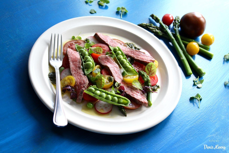 Flank steak, rajčata, chřest, hrášek a bazalkové pesto