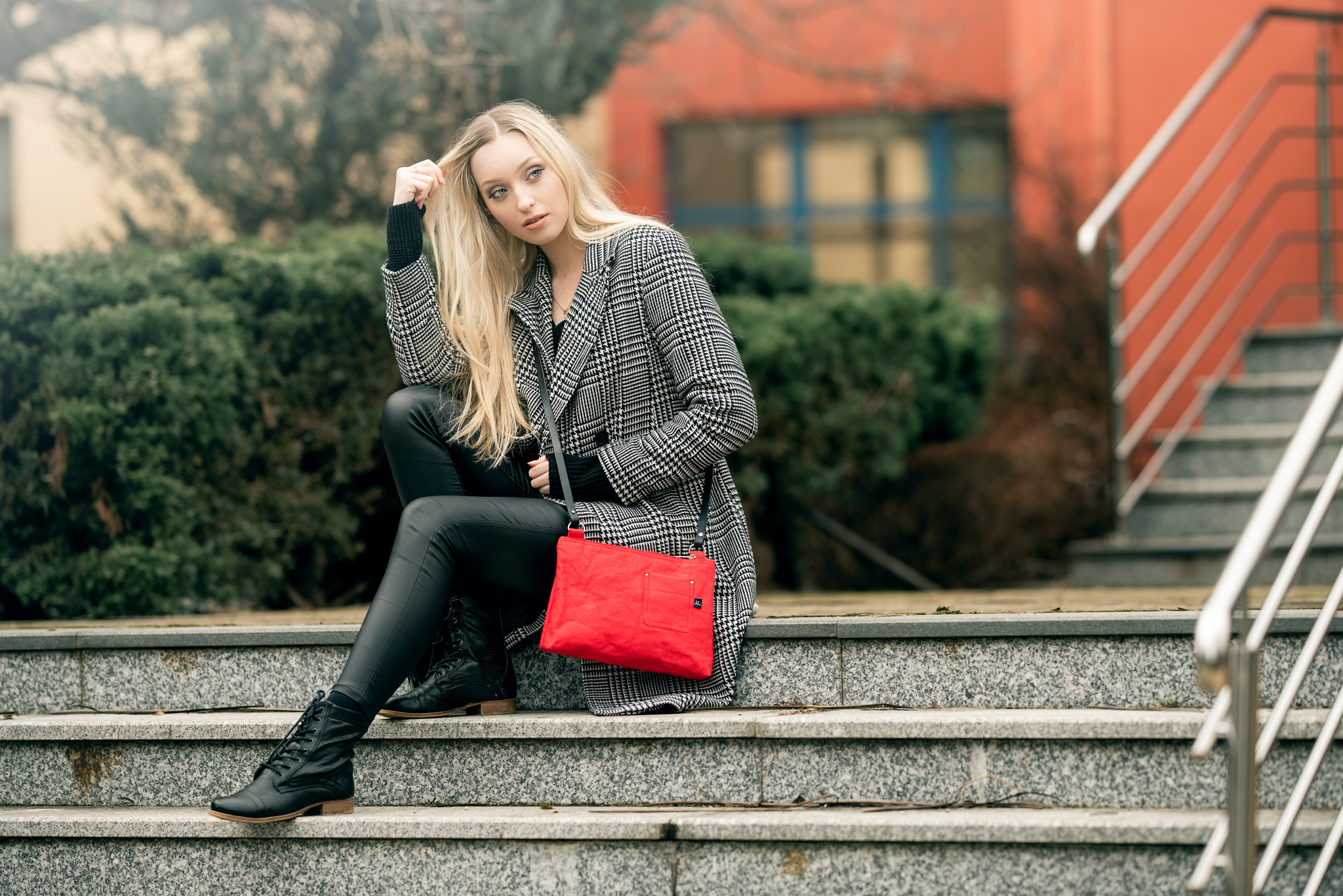 Dívka s kabelkou VIOLA