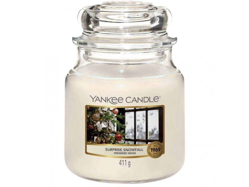 Střední vonná svíčka Yankee Candle Surprise Snowfall