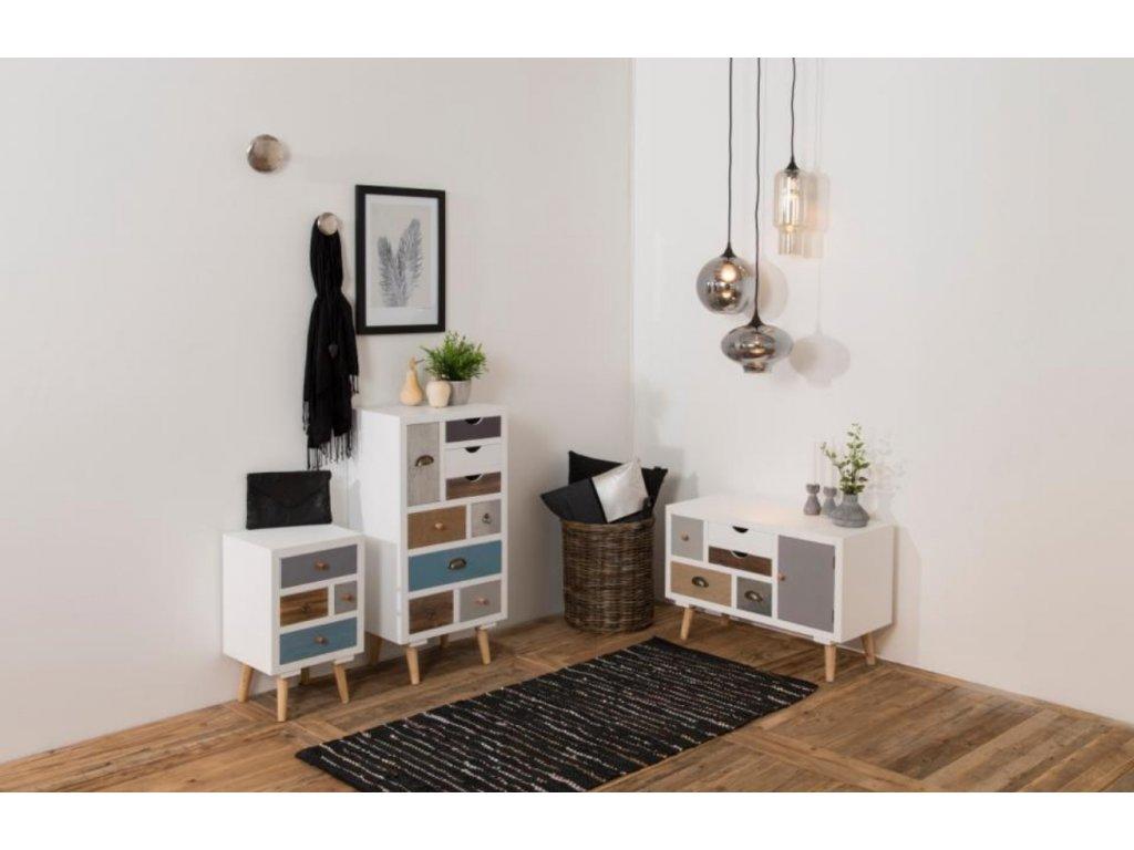 Bílý noční stolek Thess 59 cm s barevnými zásuvkami, dřevo lakované matným bílým lakem, podnož z masivního borovicového dřeva lakované bezbarvým lakem