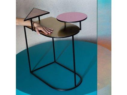Designový kovový odkládací stolek Bold Monkey Act Ironic se třemi deskami a černě lakovanou podnoží