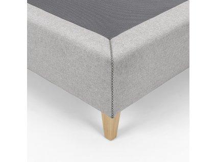Světle šedá čalouněná postel LaForma Nikos 150x190 cm s dřevěnou podnoží