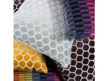 Tmavě šedý polštář ZUIVER MONTY  s motivem včelí plástve