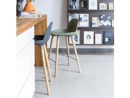 Tmavě šedá barová židle  ZUIVER ALBERT KUIP 75 cm s plastovým podsedákem a podnožemi z masivního dřeva