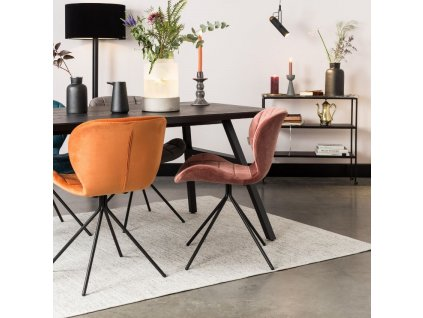 Sametová oranžová jídelní židle Zuiver OMG černá lakovaná podnož