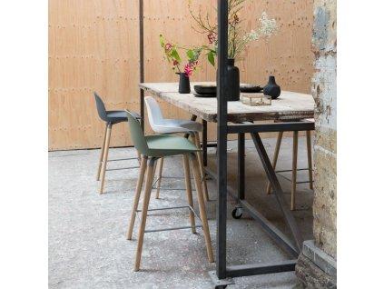 Tmavě šedá barová židle ZUIVER ALBERT KUIP 65cm plastový podsedák podnož masivní jasanové dřevo
