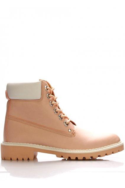 Růžové boty farmářky Claudia Ghizzani