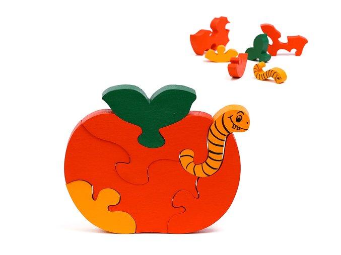 jablko s housenkou