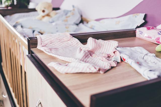 Pozor na pád dítěte z přebalovacího pultu