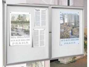 Interiérová dvoukřídlá vitrína 750 x 1200 mm, hloubka 30 mm - stříbrně anodizovaná