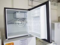 rozbalené lednička chladnička s poškozeným obalem