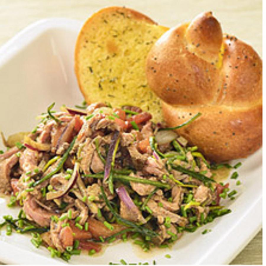 Salát s roastbeefem a variací z cibulek