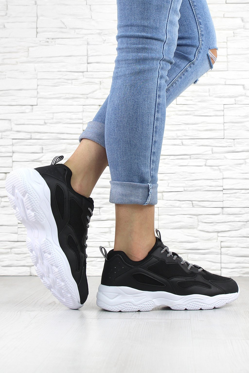 YD06P 1 BLACK WHITE Sneakers (1)