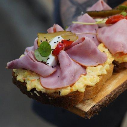Chlebíček s bramborovým salátem