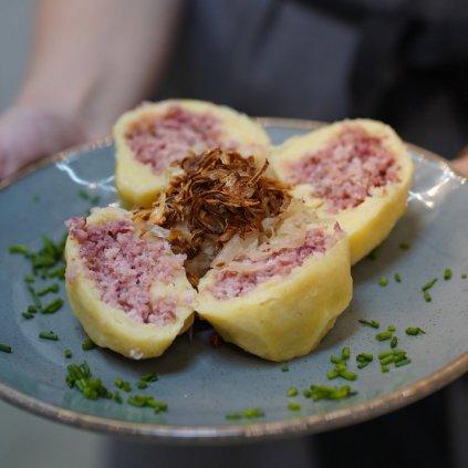 Bramborovo-jáhlové knedlíky. Plněné uzeným masem. Dušené zelí na medu.