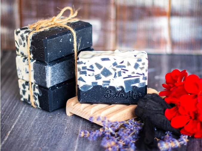 Ručně vyráběné přírodní mýdlo s aktivním uhlím