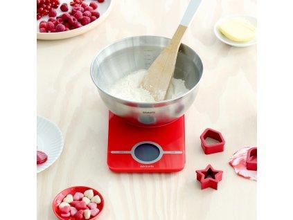 Kuchyňská Váha s miskou a formičkami Passion Red 1,6 l BRABANTIA
