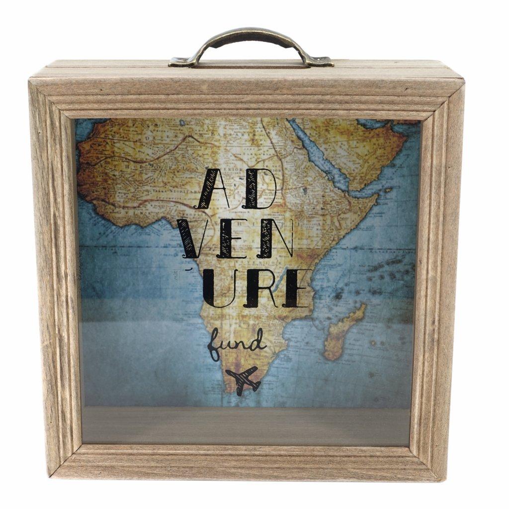 Dřevěná pokladnička s nápisem Adventure a mapou v pozadí