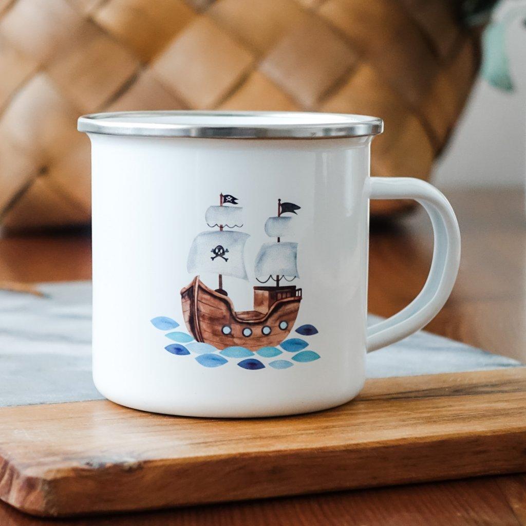 Bílý smaltovaný plecháček s pirátskou lodí 360ml