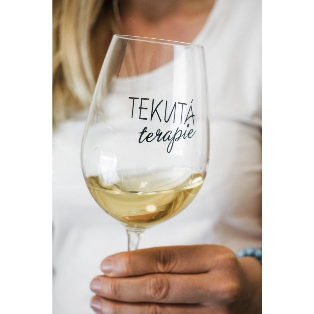 Sklenice na víno s nápisem Tekutá terapie 350ml