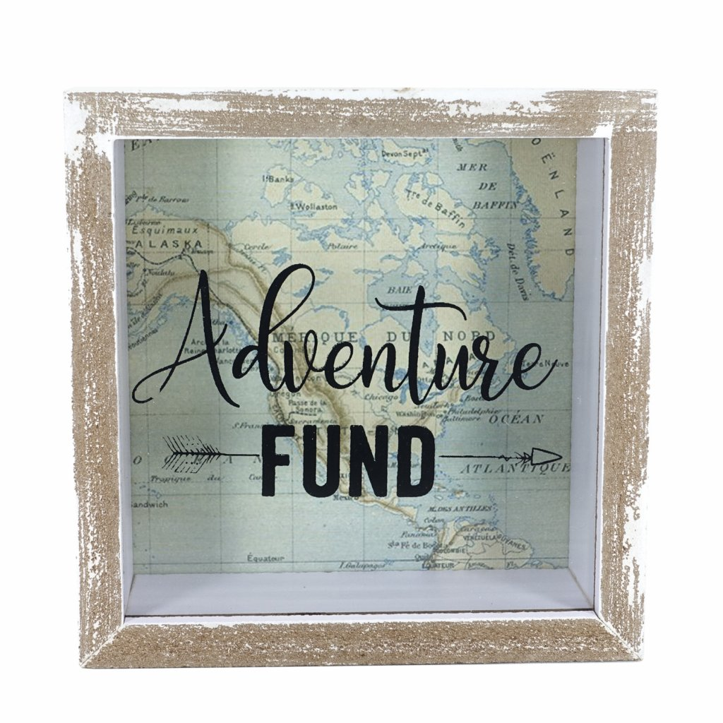 Dřevěná pokladnička s nápisem Adventure Fund
