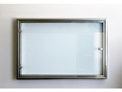 PROSKLENÁ NÁSTĚNKA Z NEREZOVÉHO MATERIÁLU -12 x A4 - š.135 cm x v. 69 cm x hl. 7,5 cm
