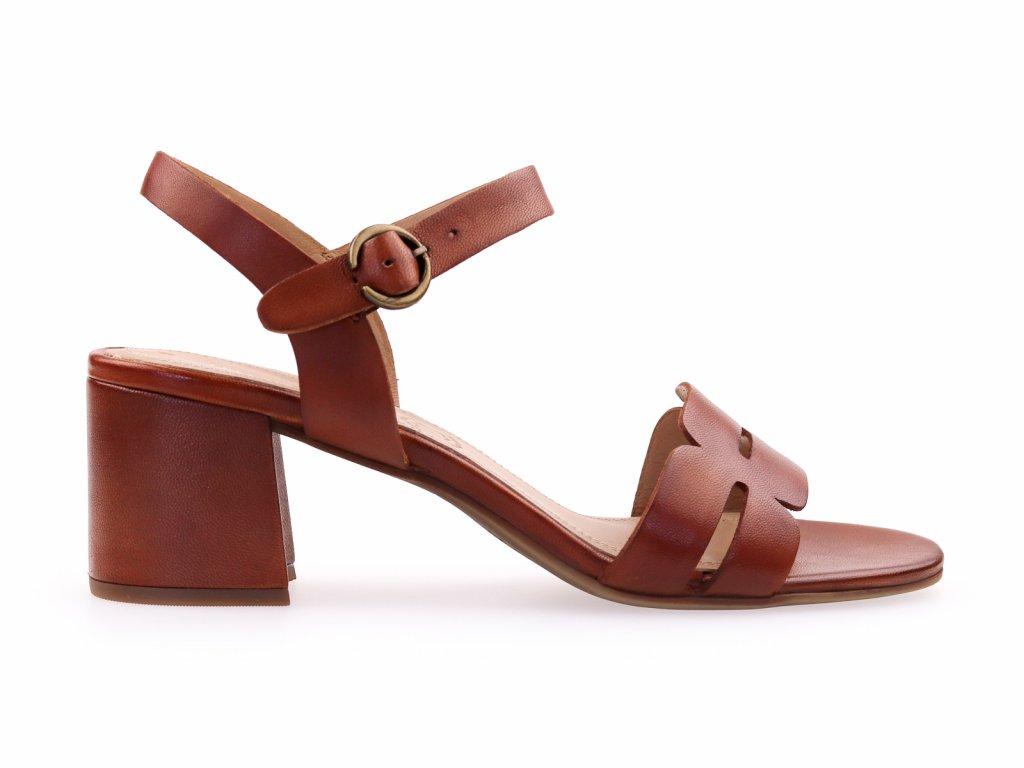 hnědé kožené sandály na podpatku