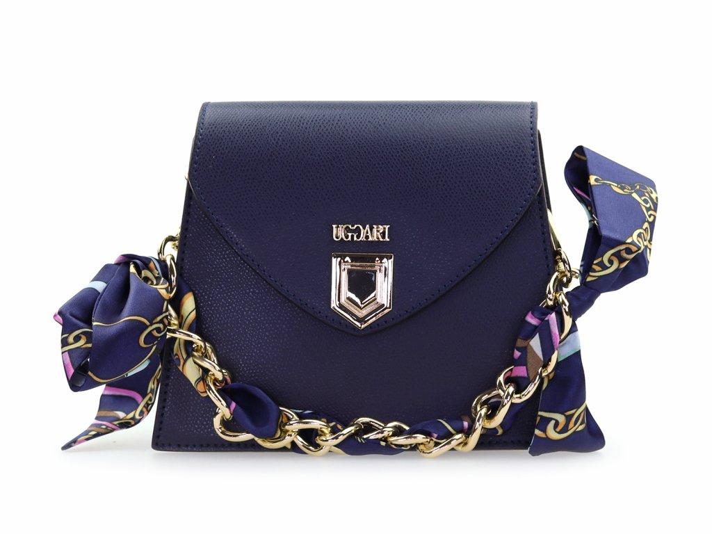 modrá kožená kabelka se zlatým řetízkem